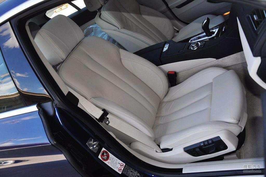 宝马6系Gran Coupe四门轿跑车在5月10日晚于杭州正式上市并公布售价,共推出两款车型640i和650i,前者售价120.5万元,后者售200.5万元。该车是基于宝马6系延伸而来的四门跑车,竞争对手包括奔驰CLS、奥迪A7以及保时捷Panamera。外观设计:宝马6系Gran Coupe延续了宝马6系Coupe车型的线条设计,流线的车顶曲线弯曲成苍穹型,同时从车辆的正面看去,A、B、C柱都有一个更大的向车顶方向收拢的趋势,如此一来也造就了宝马6系Gran Coupe从正面看去更为贴地的稳重造型效果。