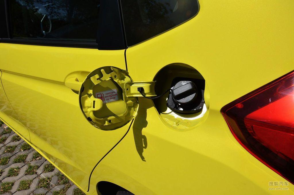 广汽本田全新飞度已经于5月29日晚在上海正式上市,新车共推出五款车型,售价区间为7.38-11.28万元。全新飞度在外观、配置及动力方面进行了全面升级,新车全系搭载1.5L直列四缸发动机,匹配5档手动变速箱以及CVT无级变速箱。全新飞度核心技术在同级对手中的优势异常明显,比如车身稳定系统、发动机启停技术等等,很多都是本田首次将此项技术引入到自己的国内车型上。全新飞度车尺寸为:4065/1695/1525(mm),轴距为2530mm,相比老款车型,高度增加了165mm,轴距也增加了30mm。另外,飞度百变的