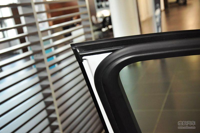 灰色amg运动条纹设计配合暗色系的前车灯,高光黑色的后视镜外壳等细节