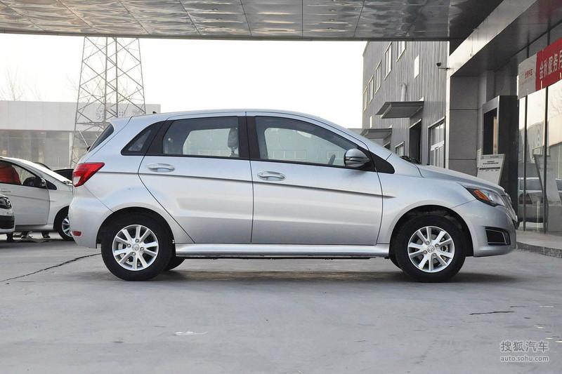 北京汽车E150 EV电动版目前在北京已展开销售,其官方指导价格为25.98万元,而通过国家政府补贴以及地方政府、北汽汽车的补贴能有十万元左右价格,补贴幅度较大。北汽E150 EV在造型方面和北汽E150汽油版完全相同,其最大卖点就是采用的纯电动驱动形式。车身尺寸方面上,北汽E150 EV电动版和汽油版尺寸完全相同,其长宽高分别为399817201503毫米,轴距则达到了2500毫米。内饰造型方面,北汽E150 EV电动版沿用汽油版E150两厢版本的内饰设计,采用的是上灰下米的颜色搭配。动力方面,北汽E