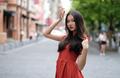 邻家女孩穿红裙开奔驰 身材苗条清纯可爱