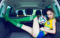 靓丽足球宝贝运动性感体验豪车大空间
