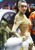 钟爱透视装擅长露爆乳 亚洲最具人气车模龚玥菲