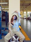性感女郎修车间秀美腿玩出各种姿势