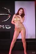 日本动漫汽车展 车模演绎脱衣舞引骚乱