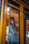 忧郁少女公车内眼神迷离 甜美面容惹人怜