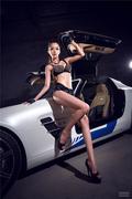 妩媚车模着黑色蕾丝紧身衣 车前翘臀微露股沟