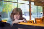 复古公车内的忧郁少女 甜美面容惹人怜