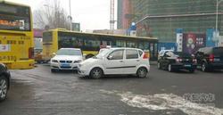 私家车违停占公交车站 刚交警