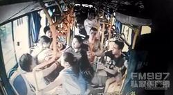 福州女子公交上被两妇女拳打脚踢 连扇巴掌