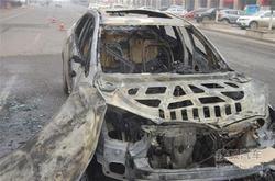 私家车行驶中自燃烧成空壳 司机瞬间跳车