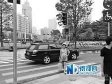 右转红绿灯罢工 机动车行人抢道险象环生