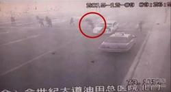 疯狂司机车顶民警逆行两公里 撞飞行人!