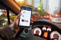 治交通违法 西安4月832人开车打手机被查