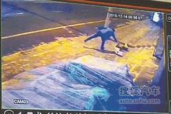 肇事奥迪男雪天打滑冲上人行道 连撞三车
