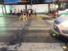 夜光斑马线现西安 行人过马路更有安全感