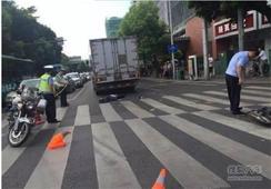 福州十字路口发生惨烈车祸 又一骑手命丧车轮下