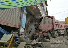 大货车撞伤民房 赔偿没谈拢7个月没挪动