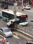广州奔驰司机把车开成这样… 交警已看呆