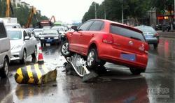 高难度车祸!小轿车紧急避让