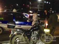 葫芦岛:出租车与摩托车剐蹭 憋车10分钟