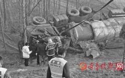 油罐车深夜侧翻司机身亡 八小时后除隐患