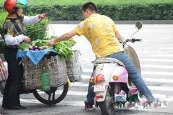 斑马线上买卖蔬菜 妨碍交通存在安全隐患