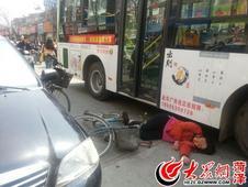 司机违章停车突开车门 撞倒路人砸上公交