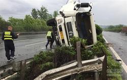 雨天路滑车速快 一运输车宁波高速上翻车