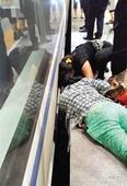 北京4岁男童跌入高铁站台下 众人齐救人