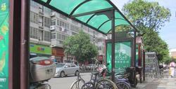 一公交站台塞满电动车和自行车 市民不便