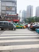 红绿灯设置不合理 转弯车辆常与行人抢道