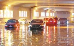 滨河路隧道变汪洋 五辆车熄火被困积水中