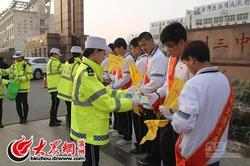 滨职22名学生随东城女警路面执勤 学常识