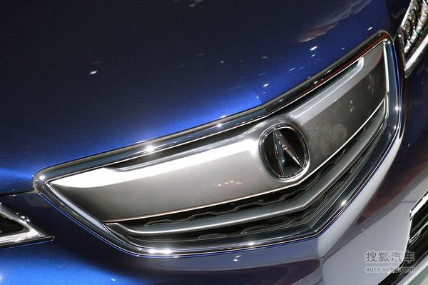 X使用了与第九代雅阁类似的LED光源行车灯单元,但透镜数量更多,且远近光光源均为LED。    讴歌TLX的侧面以及车尾以简洁为主。后门上扬的车窗减小了车身的视觉长度,配合上扬的腰线,呈现出运动感。车尾则是简单的横向尾灯,尾灯造型与前灯组想呼应,只不过由于要考虑到造型需求,尾箱的开启高度较高,使得实用性有所折扣。    双边单出的排气尾喉也没有集成在后保险杠上,整体设计更加偏向于实用性。值得注意的是,虽然测试车为工程车辆,并不能代表实际车型配置,但这辆测试车的转向尾灯以及倒车灯并没有使用LED光源,而仅为