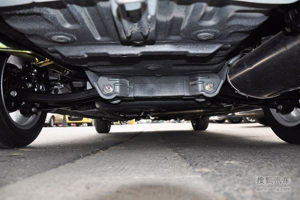 安全配置方面,除了悦翔V3的最低配车款外,其它车款则配备了博世的ABS+EBD系统,保证了车辆良好稳定的制动效果;同时这两个车款也配置了三点倒车雷达,方便泊车操作。但车辆在安全气囊的配备上,就比较小气了,除了悦翔V3的顶配车款配备了前排双安全气囊之外,其它两个车款都没有配备任何气囊。在行车安全性越来越被重视的情况下,国内自主品牌在安全配置上的忽视已经该引起相关部门的反思。