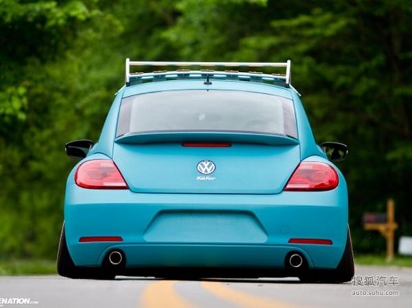 【搜狐汽车 车迷】大众甲壳虫拥有小巧可爱的车身,借助甲壳虫的原身而打造出来,它的问世引起了不少女性朋友追求。而甲壳虫车主也是乐观、开朗,对时尚嗅觉非常敏锐的人群。下面我们就来看一看这个大型的电动玩具到底什么样子。   蓝绿色的外观让甲壳虫有了一种重新回到自然界的感觉。红白搭配的轮毂显得格外醒目,俩个圆形大灯囧囧有神。从正面来看确实和甲壳虫很相似。短小润滑的车身让它的风阻系数接近最低。后扰流板的设计让它有了一点运动的气息。内饰的设计则继承了大众家族一贯作风,简答大气。而空间问题就不多说了,想必购买它的车