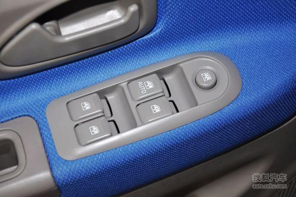 铃木北斗星e+的车门内部控制面板