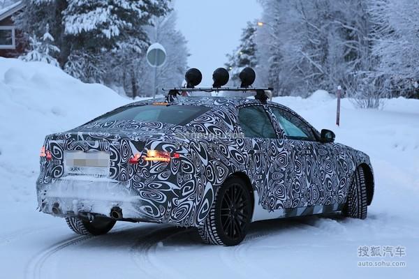 [搜狐汽车 新车]从XE开始,捷豹开始使用全新的iQ全铝车身平台,而XE也显然并非是该平台基础上的唯一轿车,新一代捷豹XF也同样基于该平台。目前该车正在北欧地区进行冬季测试,该车型可能会在年内发布。   【全新捷豹XF】   通过测试车谍照来看,新一代XF的车身尺寸和比例与现款车型类似,但在后车门的设计上与现款车型有着非常明显的差别:相比现款XF大拐角的后车门,新一代XF增加了C柱三角窗(注意红色圆圈标识),车身后半段的造型类似于更大一级别的XJ。  【现款捷豹XE】 新一代XF采用了类似于XE的进气