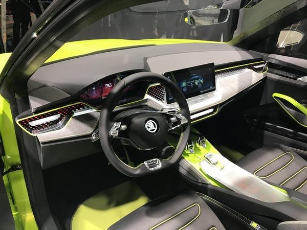 动力方面,概念车将使用将汽油、压缩天然气和电力结合起来的一套混合动力系统。四缸1.5升TSI发动机搭配两个CNG储气罐,可同时使用汽油和压缩天然气驱动,此外还在后轮装备了电动机以实现混动,增加后轮的抓地力。在整套动力系统配合下,新车最大功率为95kW,峰值扭矩为250牛米。根据斯柯达规划,到2025年,插电式混动车型/电动车型将占到斯柯达25%的份额,而这款概念车将是斯柯达新能源布局中的重要组成。   西雅特Cupra e-Racer概念车--定位于电动赛车   西雅特全新独立品牌Cupra将旗下电