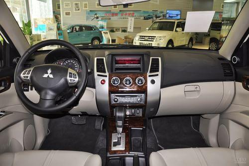 2013款三菱帕杰罗劲畅3.0L自动两驱豪华版