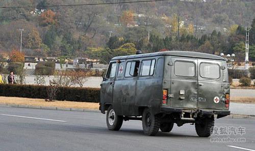 朝鲜平壤街头的车辆高清图片