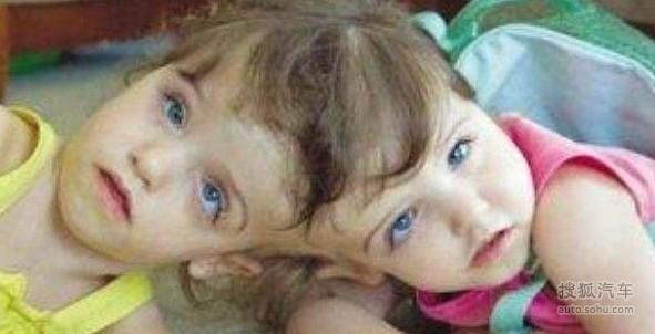 双胞胎小孩子穿动物衣服的图片