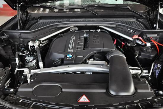 动力部分:新一代的宝马X5首次加入了后驱车型;其中sDrive35i将搭载一台3.0L涡轮增压直列6缸发动机,最大功率输出300马力,配备8速ZF手自一体变速器。至于说全驱版本的xDrive50i,则将搭载一台4.4L V8双涡轮增压汽油发动机,最大功率输出为450马力,峰值扭矩为660牛米,也匹配的是一具8速ZF手自一体变速器。除了以上这两台汽油机以外,新一代的X5的首批动力配置中,还有一款配备3.