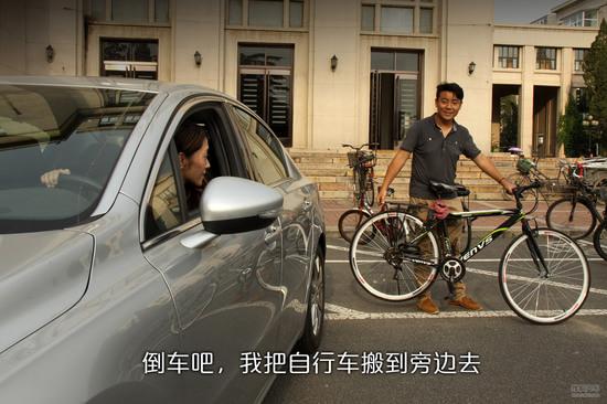 如果你的倒车技术不高,让你的小伙伴帮你看看会更好,搬开自行车,指挥一下周围路过的学生,会让你轻松不少。好吧,到宿舍了,咱们先搬东西吧