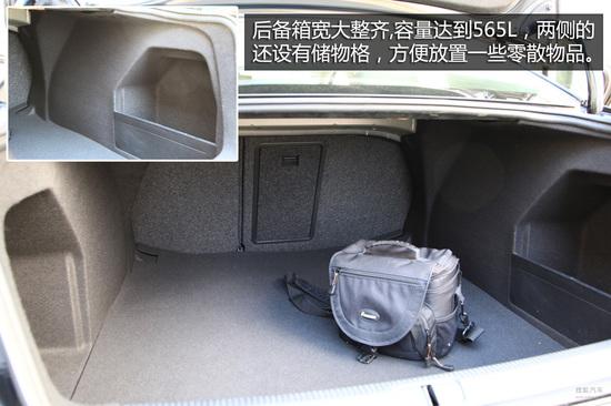 乘坐空间方面则是迈腾最大的优势所在。加长车身后,前后排空间都十分宽敞,特别是后排的腿部空间,甚至能够超过两拳以上,绝对是跨级别的表现。在尊贵版车型上,还能发现更多的后排舒适性配置,例如后排独立温区空调和后排座椅加热功能,另外原厂配备的电源插座也是一个非常实用的配置。在后备箱空间方面迈腾也表现不错,座椅可以分开放倒,后排可以连通后备箱拿取物品,空间宽敞整齐,实用性很好。