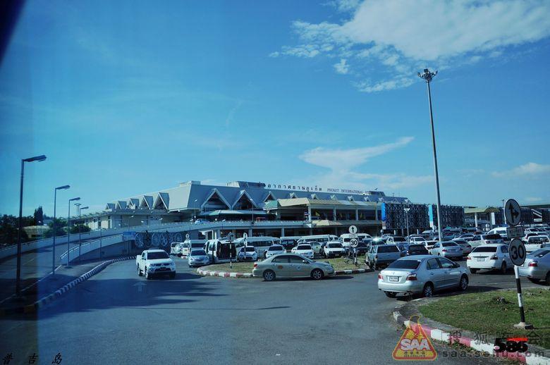 普吉国际机场位于泰国普吉府(普吉岛)北部.