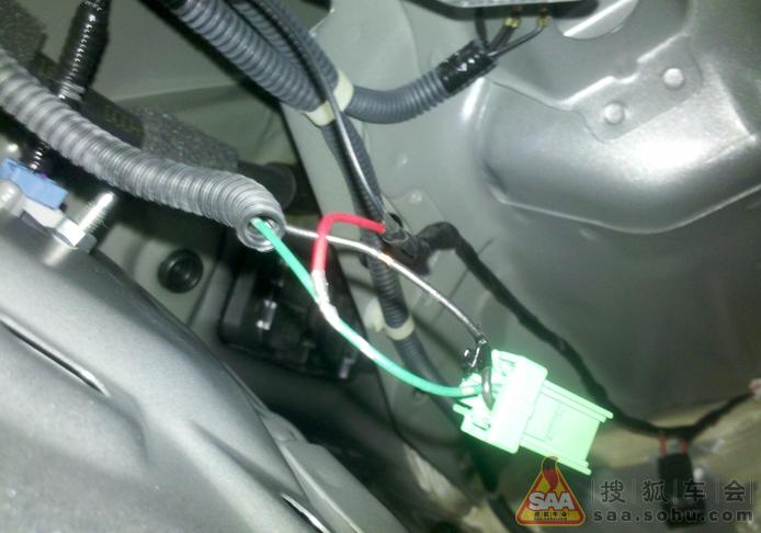 接线,拆下倒车灯插头,接上去