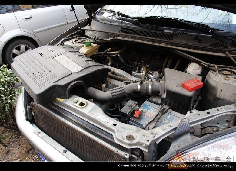 让那二位洗车去吧,我开始清理瑞虎的发动机舱