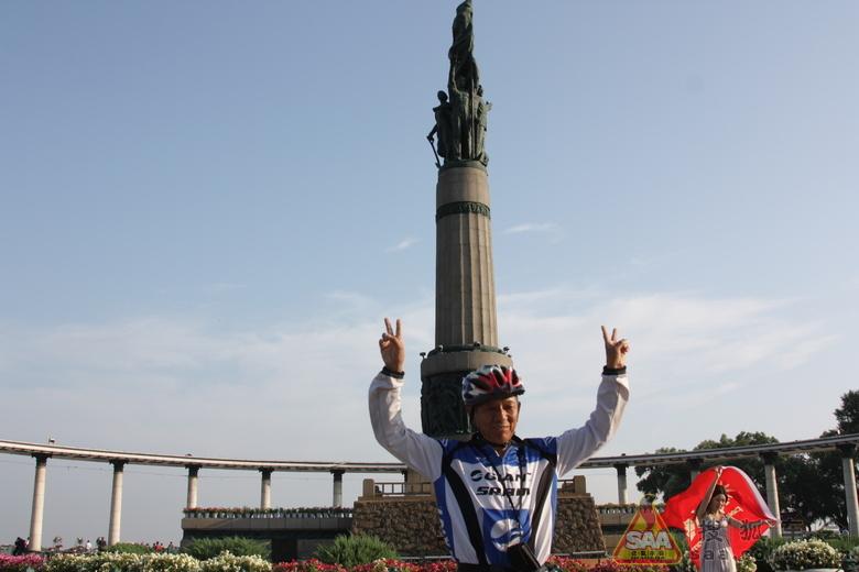 [焦圈社]哈尔滨防洪胜利纪念塔前遇见的老人